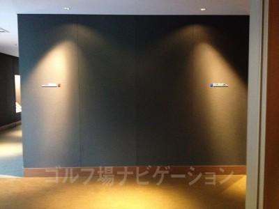 階段上がって、右手が男性ロッカールーム、左が女性ロッカールーム