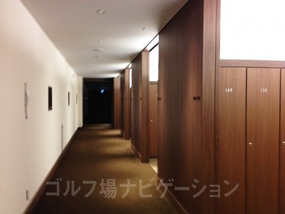 ロッカールームの奥がスパ(浴場)
