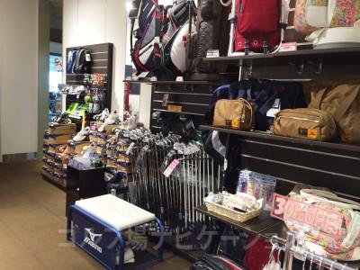 ゴルフクラブ、靴、キャディバックなど所狭しと置いています。