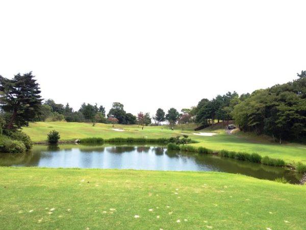 霞ゴルフクラブ OUTコース 8番ホール 池越えショート